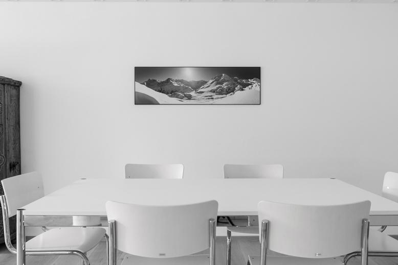 Besprechungsraum mit Panoramaformat-Wandbildern
